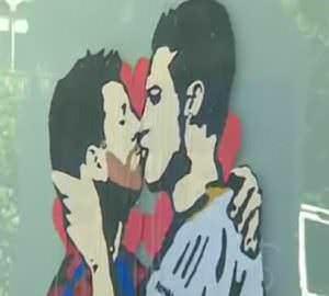 graffiti beso Messi y Cristiano Ronaldo