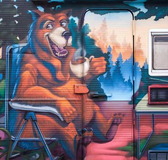 Graffiti oso bebiendo cafe