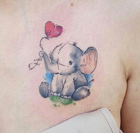 tatuaje a color de mujer, elefante en el pecho