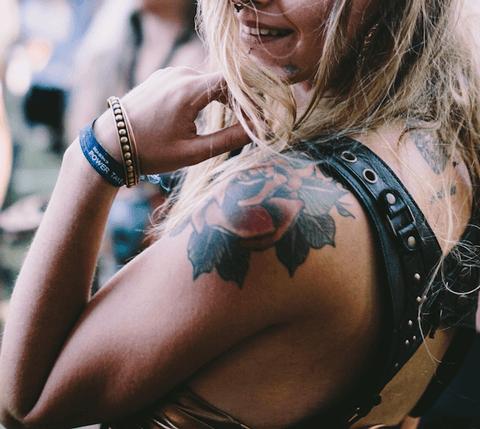 tatuaje neotradicional de flor en el hombro