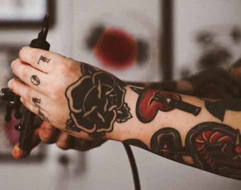 tatuaje en el brazo neotradicional de flores en el brazo a color