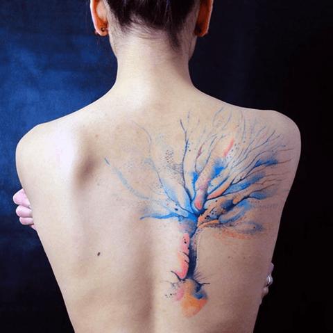 tatuaje de mujer, árbol en la espalda