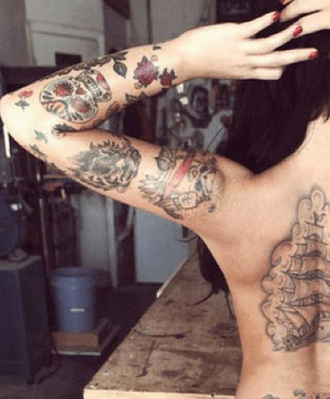 tattoo en el brazo de calavera