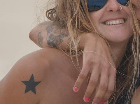 tattoo de estrella en el hombro