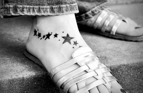 tattoo de estrellas en el pie