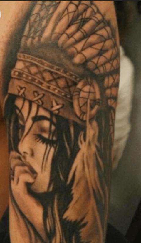 tattoo en el brazo de india