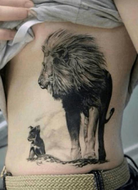 Tatuaje de león con cachorro