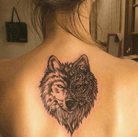 tattoo de lobo en la espalda