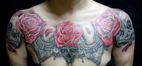 tattoo de rosa y calaveras en el pecho