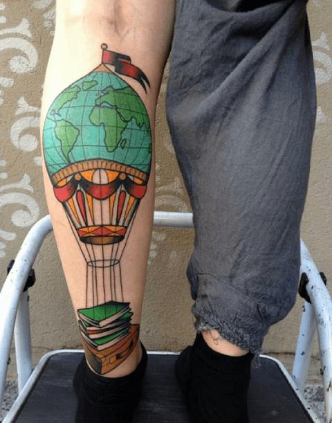 tattoo de globo terráqueo, viajero con libros
