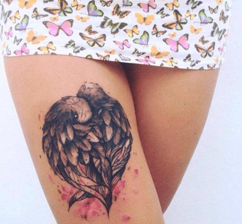 tattoo de pajaro en la pierna, muslo