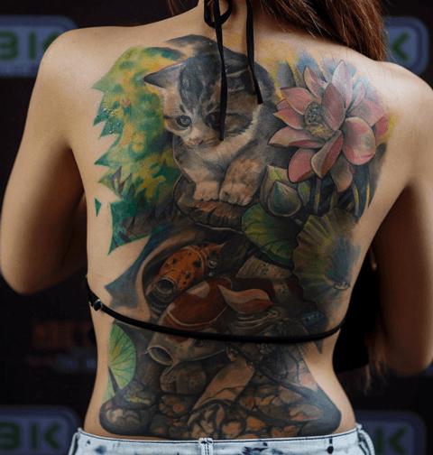 tattoo de gato a color en la espalda