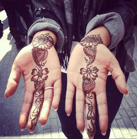 tattoo de flores en la mano y la muñeca
