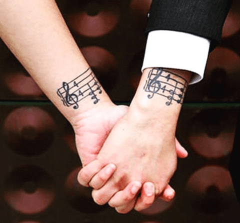 tattoo en pareja pentagrama de notas musicales