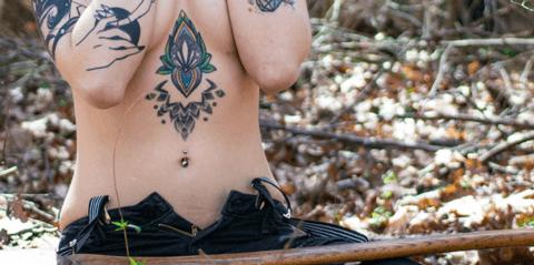 tattoo maori de mujer en el pecho