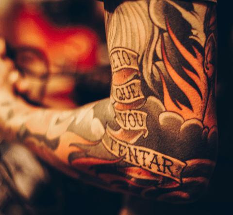 tattoo neotradicional en el brazo con colores