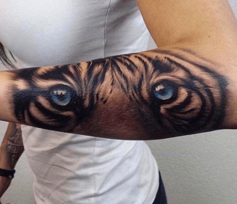tattoo de tigre en el antebrazo ojos azules