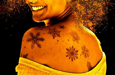 tattoo de estrellas en el hombro y en la espalda